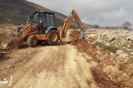 الاحتلال يستولي على جرافة وشاحنة خلال شق طرق زراعية جنوب نابلس