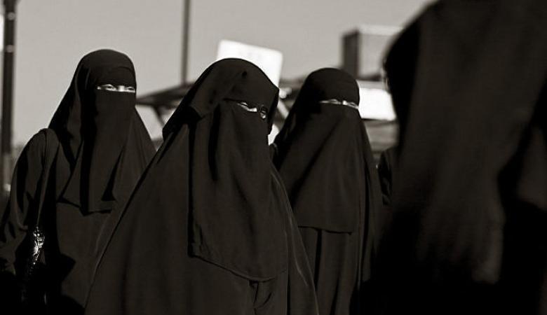 شاهد ...رجل يعتدي على سيدة في مكة والسلطات السعودية تتدخل
