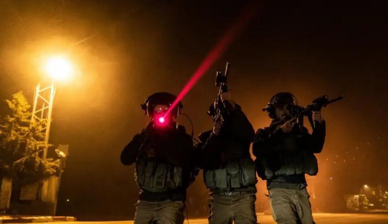 من بينهم أسير سابق .. قوات الاحتلال تعتقل 7 مواطنين من الضفة الغربية