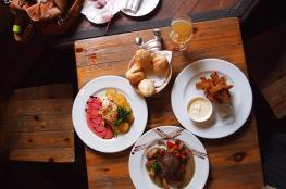 مطعم عربي يقدم طعامه بشكل مجاني للفقراء على مدار السنة