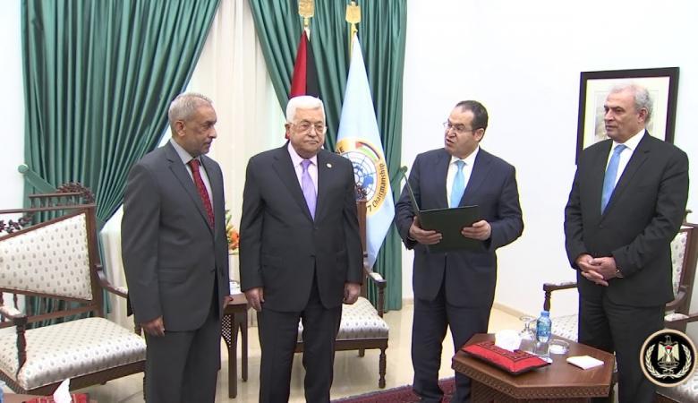 """الرئيس يقلد سفير جنوب إفريقيا """"نجمة القدس"""" من وسام القدس"""