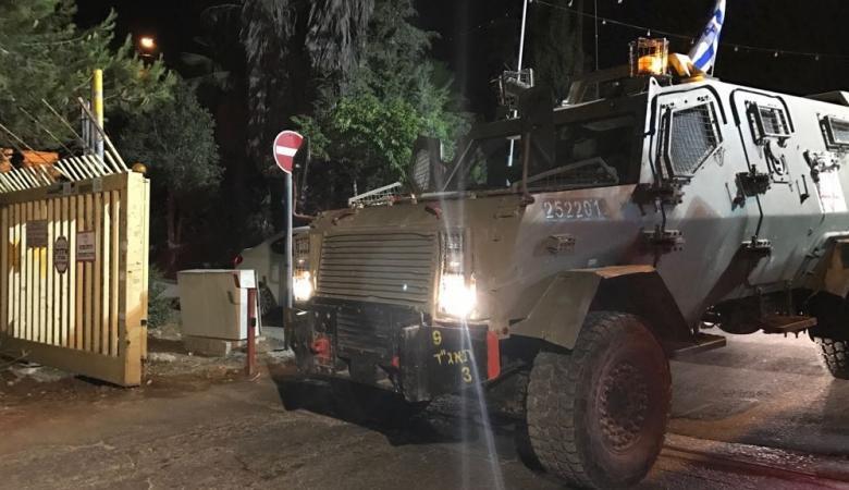 جيش الاحتلال يعيد فتح الطريق الواصل بين قرية دير نظام والنبي صالح غرب رام الله
