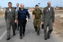 شاهد ..وزير حرب الاحتلال  يصطحب كتابا للخميني خلال زيارته لقاعدة عسكرية