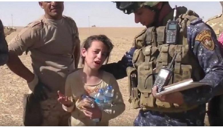 بالفيديو...طفلة من الموصل تهز مشاعر الجنود العراقيين
