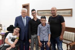 شاهد ..الرئيس يستقبل مواطنا من القدس برفقة أبنائه