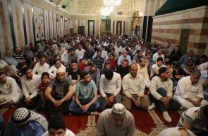 مواطنون يؤدون صلاة الجمعة الثانية من شهر رمضان في الحرم الابراهيمي