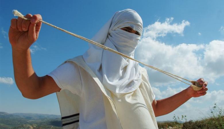 مستوطنو يتسهار يهاجمون المواطنين ويحطمون مركباتهم جنوب نابلس