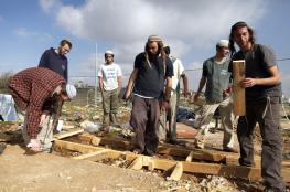 مستوطنون ينصبون خياما واخطار بهدم غرفة زراعية بنابلس