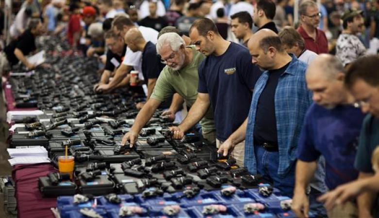 في يوم واحد..الأميركيون اشتروا أسلحة تكفي لتسليح وحدات عسكرية كاملة