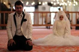 عروسان فلسطينيان يقرران استبدال مراسم الزفاف باداء عمرة