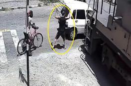 شاهد .. رجل يهرب من السيارة ويترك زوجته أمام القطا