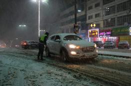 الخليل : الشرطة تسحب 200 سيارة من وسط الثلوج ونقل 6 حالات ولادة الى المستشفيات