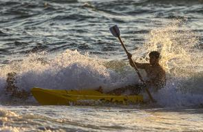 المواطنون في غزة يستجمون على شاطئ البحر الأبيض المتوسط