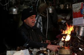 البوابرجي محي الدين حشحوش (59 عاما)، آخر ممتهني إصلاح البوابير في نابلس