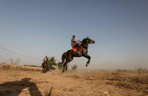شبان فلسطينيون يستعرضون مهاراتهم في ركوب الخيل بالمناطق الحدودية بين قطاع غزة والاحتلال الإسرائيلي