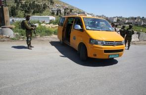 الخليل - الاحتلال يغلق مدخل مخيم الفوار ببوابة حديدية