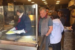 شاهد ...العاهل الاردني يتناول الفلافل مع ابنائه الامراء في مطعم القدس