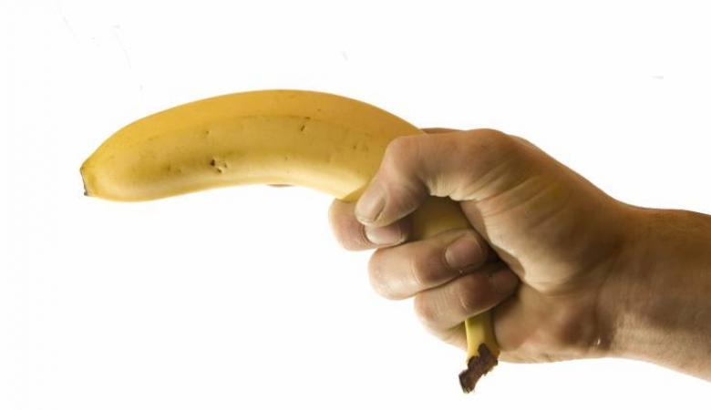 """سرق بنكاً بواسطة """"بندقية الموز """""""