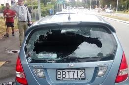 بعد استفزازه لشرطي المرور ورفضه إظهار رخصة القيادة... قام بخلع النافذة وبطحه أرضا... فيديو
