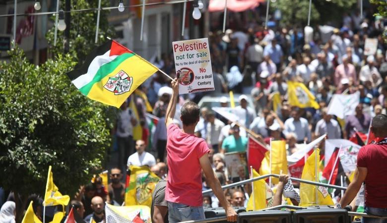 العشرات يتظاهرون في رام الله رفضاً لصفقة القرن
