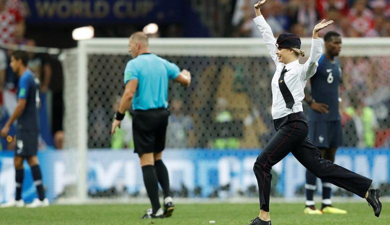 سبب غير متوقع لاقتحام  بعض المشجعين مباراة نهائي كأس العالم