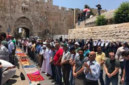 المقدسيون يؤدون صلاة الظهر في الشوارع لليوم الثالث