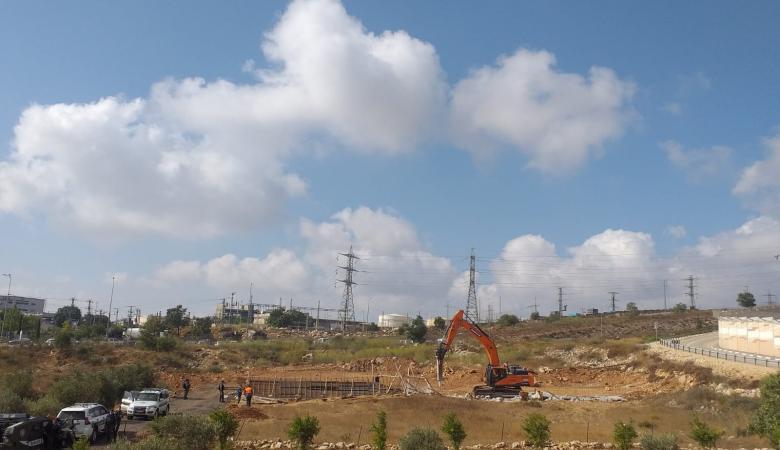 القدس: الاحتلال يهدم سورا ويجرّف أرضا ويجبر مواطنا على هدم أجزاء من منزله ذاتيا