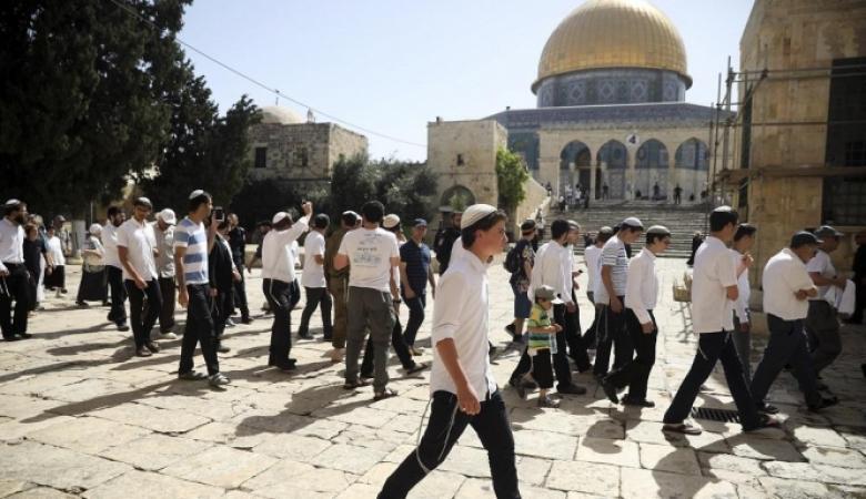 عشرات المستوطنين يقتحمون الأقصى والاحتلال يعتقل مرابطة وشابا