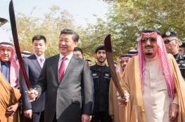 بالصور : الرئيس الصيني يحمل السيف السعودي في قصر المربع