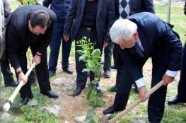 وزير الزراعة يسلم مساعدات مالية لمزارعين في بيت لحم والخليل