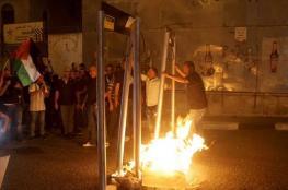 مواطنون يحرقون مجسمات لبوابات تفتيش إلكترونية جنوبي الضفة