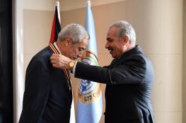 """اشتية يمنح وسام """"نجمة القدس"""" لسفير الجزائر في مصر"""