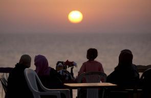 إفطار للمواطنين على شاطئ بحر غزة