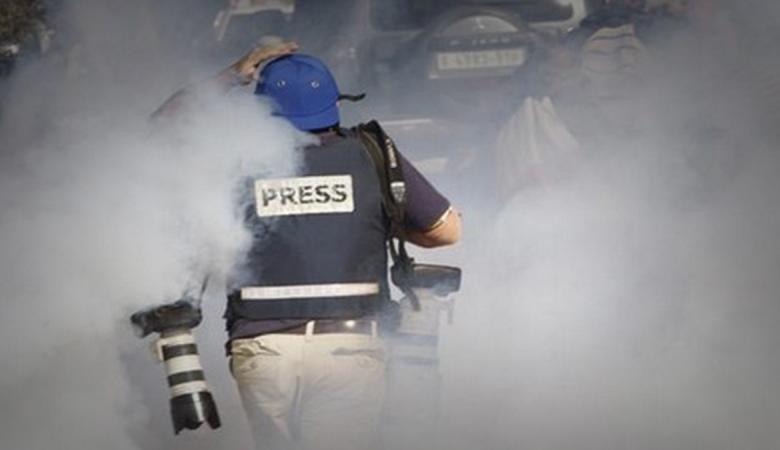 الصحفيون يتصدرون القائمة.. هذه قائمة خريجي التخصصات الجامعية الأعلى أجراً في فلسطين