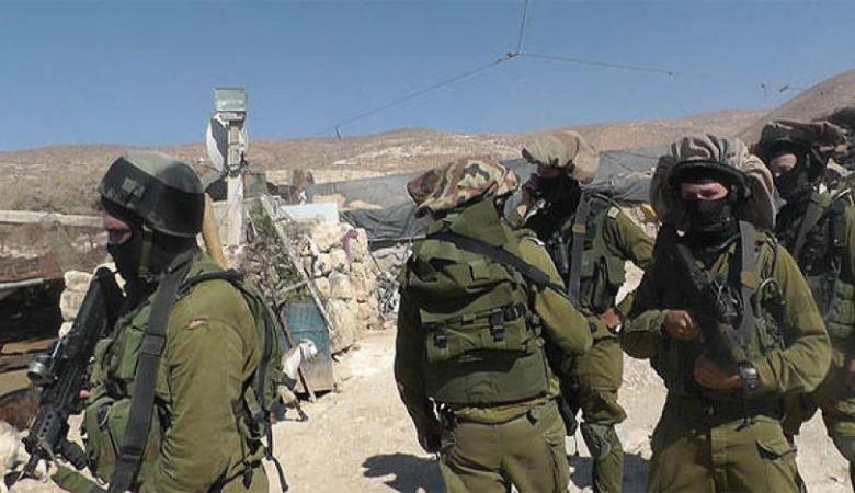 """""""إسرائيل"""" تدرس إعادة جيش الاحتلال إلى المناطق الفلسطينية"""