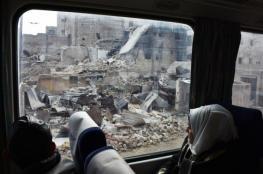 أول قطار يعبر حلب منذ سنوات على أنقاض المباني المدمرة