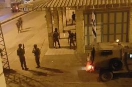 اعتقالات وممصادرة اموال بآلاف الشواقل فجر اليوم بالضفة الغربية