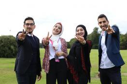 """3 طلبة من جامعة القدس يجلسون على عرش قصر """"آشردج"""" في لندن"""