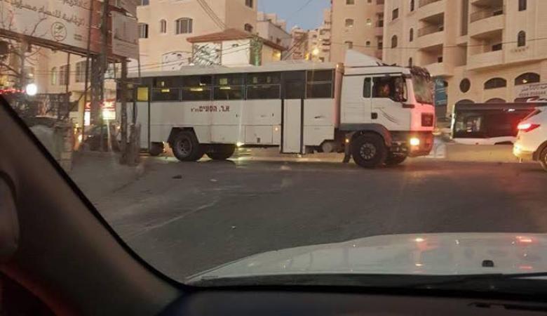"""مواجهات عنيفة في """"قلنديا"""" إثر دخول حافلة لقوات الاحتلال"""