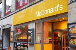 ماكدونالدز تقدم اعتذرا لفتاة محجبة رفض رجل أمن إدخالها للمطعم!