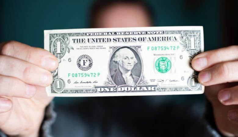 الدولار عند أقل سعر له منذ خمس شهور