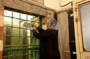 أم معاذ الطيطي من مخيم العروب شمال الخليل، تنفرد بوظيفة حراسة وخدمة الحرم الابراهيمي الشريف منذ 17 عاما