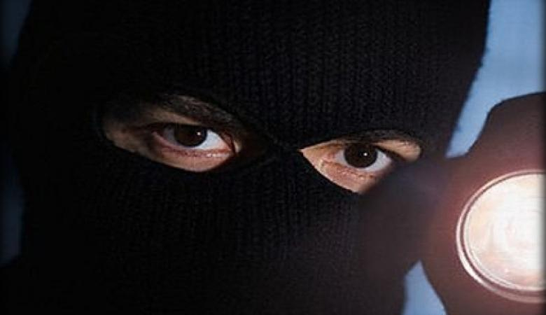 """بينهم امرأة ...مجهولون يسرقون """" 40 """" الف شيقل من مواطن في جنين"""