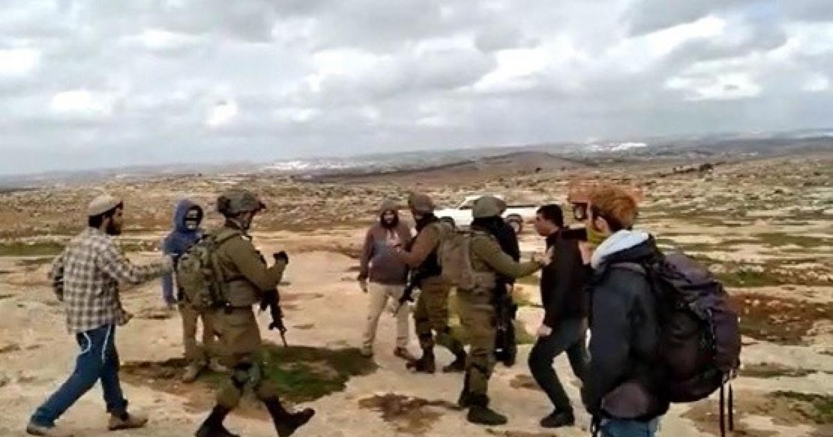 مستوطنون يهاجمون مساكن المواطنين ويحرقون خيمتين في قرية التوانة جنوب الخليل
