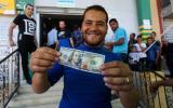 صرف مساعدات مالية للاسر المتعففة في غزة