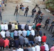 المعتصمون يؤدون صلاة الظهر أمام بوابتي المجلس والأسباط