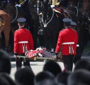 5 من أفراد الحرس الملكي البريطاني يغمى عليهم في احتفال مولد الملكة إليزابيث