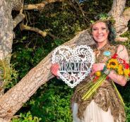 سيدة تتزوج من شجرة