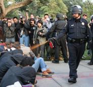 فيديو يظهر شرطيا أمريكيا يضرب رجلا أسود بعنف