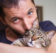 القطة والرجل الاعزب